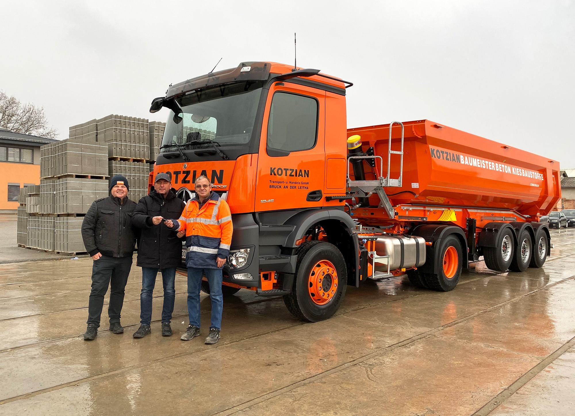 Neuer Mercedes-Sattelschlepper wird dem LKW-Fahrer übergeben